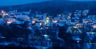 Station de sports d'hiver de montagnes la nuit Image stock