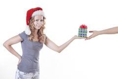 Sankt-Frau mit einem anwesenden Geschenk für neues Jahr Lizenzfreies Stockfoto