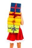 Sankt-Frau mit Stapel der Weihnachtsgeschenke Stockfoto
