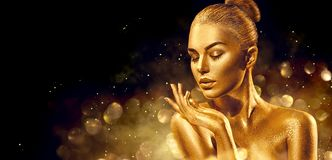 Sankt-Frauen mit Beuteln Goldene Hautfrauen-Porträtnahaufnahme Sexy vorbildliches Mädchen mit Feiertagsgoldenem glänzendem Berufs lizenzfreies stockfoto