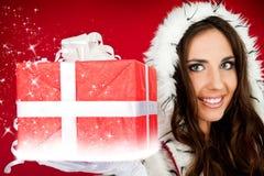 Sankt-Helfer, der sparkly Weihnachtsgeschenk anhält Stockbild