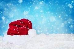 Sankt-Hut im Schnee Stockfotos