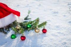 Sankt-Hut mit Tannenzweig auf Schnee Stockfoto