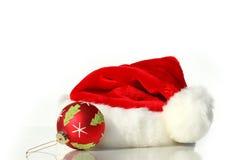 Sankt-Hut mit Weihnachtskugel Stockbild