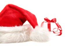 Sankt-Hut und Geschenk mit rotem Bogen Lizenzfreie Stockbilder