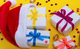 Sankt-Hut und -geschenke Stockfoto