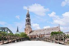 Sankt Katharinen kyrka med bron i Hamburg, Tyskland Arkivbilder