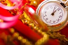 Sankt Klaus, Himmel, Frost, Beutel Hintergrund mit einer Uhr und Dekorationen Makro Lizenzfreie Stockfotos