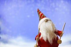 Sankt Klaus, Himmel, Frost, Beutel Santa Claus auf Hintergrund des blauen Himmels lizenzfreie stockfotografie