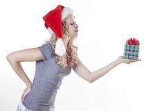 Sankt-Mädchen, das ein Geschenk gibt Stockbild