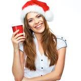Sankt-Mädchen, das rote Kaffeetasse hält Stockfoto