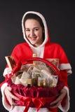 Sankt-Mädchen gibt uns einen Weihnachtsgeschenkkorb Stockbild