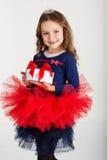 Sankt-Mädchen hält Geschenkbox, Weihnachtszeit stockfoto