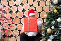 Sankt-Mann im roten Hutblick über Präsentkarton Lizenzfreies Stockbild