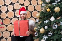 Sankt-Mann mit Kasten an Weihnachtsbaum Stockfoto