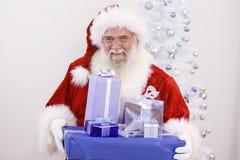 Sankt mit Weihnachtsgeschenken Stockbild