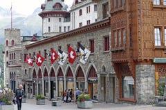 Sankt Moritz - centrum van de stad en bergachtergrond Stock Foto's