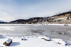 Sankt Moritz Lake e città nell'inverno Fotografia Stock