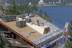 Sankt Moritz, Zwitserland - Wederopbouw van dakwerk Stock Foto's