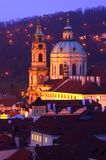 Sankt Nikolaus in Prag an der Dämmerung Stockfotos