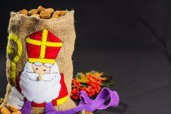 Sankt Nikolaus Tasche für Kinder füllte mit traditionellem Holländer-SP stockfoto