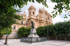 Sankt- Nikolauskirche und eine Statue in Noto Stockbild