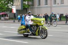 Sankt- Pétersbourg, Russie - 28 mai 2017 : Cyclistes sur Nevsky Prospekt à St Petersburg, Russie Photo stock