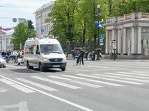 Sankt- Pétersbourg, Russie - 28 mai 2017 : Minibus blanc se déplaçant le long de Nevsky Prospekt à St Petersburg, Russie Photo libre de droits