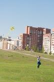 Sankt-Petereburg, Rússia - 15 de maio de 2016: o homem voa um papagaio no parque Fotografia de Stock Royalty Free