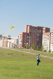 Sankt-Petereburg, Russland - 15. Mai 2016: der Mann fliegt einen Drachen im Park Lizenzfreie Stockfotografie