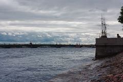Sankt-Petersburg Neva Molnig plats royaltyfri foto