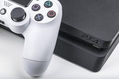 Sankt-Petersburg Ryssland, Maj 20, 2017: Sony PlayStation 4 modig konsol med en styrspakdualshock 4 på vit bakgrund Royaltyfria Bilder
