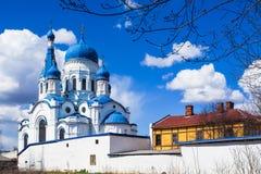 Sankt-Petersburgo Catedral del ` s de la albahaca del St en el centro histórico de Gatchina Primavera 2017 Imagen de archivo libre de regalías