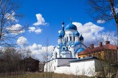 Sankt-Petersburgo Catedral do ` s da manjericão do St no centro histórico de Gatchina primavera de 2017 Fotos de Stock Royalty Free
