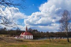 Sankt-Petersburgo La ciudad de Gatchina El castillo del priorato Primavera 2017 Foto de archivo