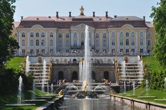 Sankt Petersburgo que sightseeing: Palácio de Peterhof Imagem de Stock Royalty Free