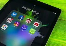 Sankt-Petersburgo Rusia 11 de noviembre de 2017: IPad de Apple favorable en la tabla de madera con los iconos del medios facebook Fotografía de archivo libre de regalías