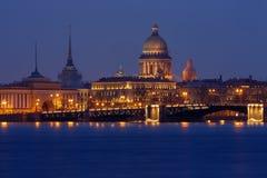Sankt Pietroburgo la maggior parte dei punti di riferimento importanti di notte Fotografie Stock Libere da Diritti