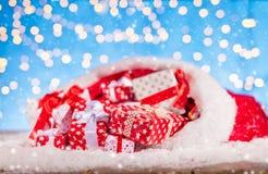 Sankt-Tasche mit Stapel von Geschenken Lizenzfreies Stockbild