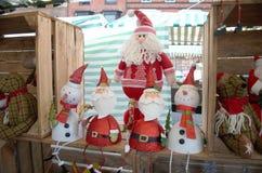 Sankt und Schneemänner für Verkauf auf einem Markt klemmen fest stockbilder