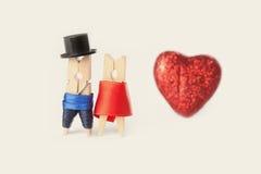 Sankt valentinvykortmall Romantiska klädnypapar Arkivbilder