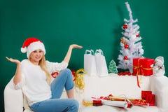 Sankt-Weihnachtsfrau, die auf Sofa sich entspannt Stockfoto