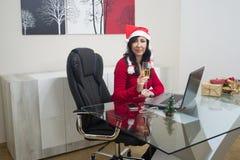 Sankt-Weihnachtsfrauen-on-line-Einkaufen lizenzfreie stockfotos