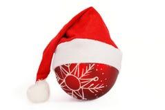 Sankt-Weihnachtshut und -kugel Stockfotos