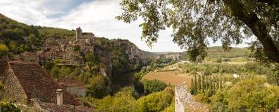 Sanktt-Cirq-Lapopie i panorama- beskåda Frankrike Royaltyfri Bild