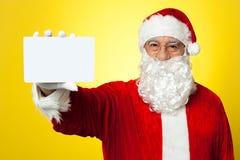 Sanktt Nick som exponerar ett blankt plakat till kameran Fotografering för Bildbyråer