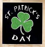 Sanktt Patrick s dag på blackboarden royaltyfri fotografi