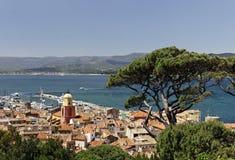 Sanktt Tropez, look på golf av St Tropez med församlingkyrkan, Cote d'Azur, sydliga Frankrike Arkivbilder