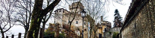 Sanmarinsk fästning av Guaita på monteringen Titano i aftonen royaltyfri fotografi