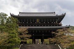Sanmon, kolosalny głównej bramy wejście W świątyni w Kyoto, Japonia zdjęcie royalty free